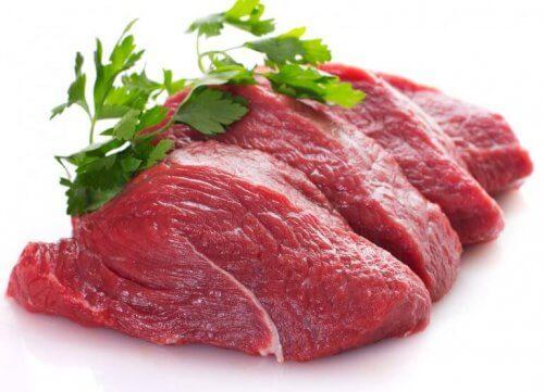 Rött kött och persilja.