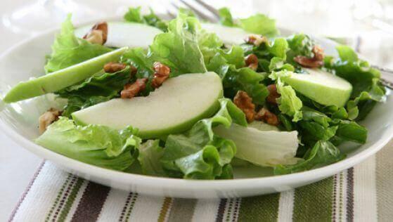 Smarrig sallad med selleri och grönt äpple