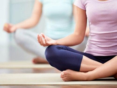 Eldandning inom yoga kompletterar ställningarna
