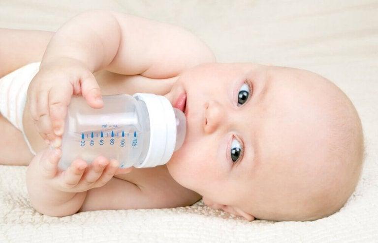 Kassing-metoden: flaskmata utan att påverka amningen