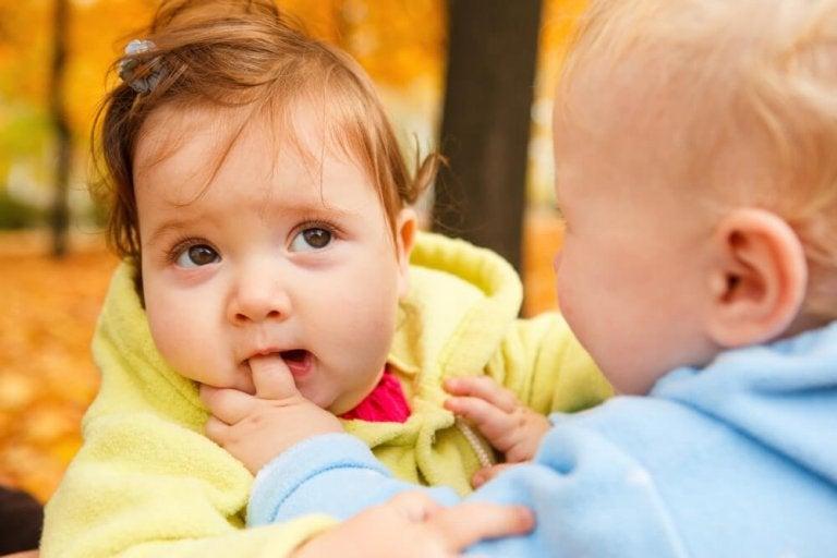 Bebis som biter finger.