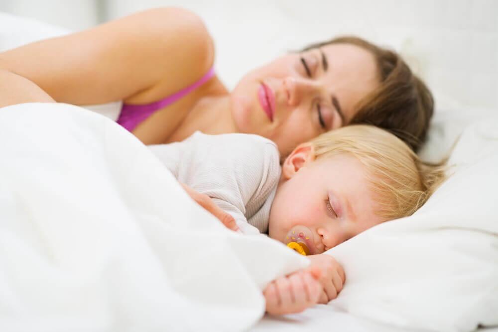 Så lär du din bebis att sova hela natten