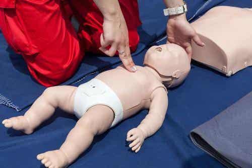 Första hjälpen för att återuppliva en bebis