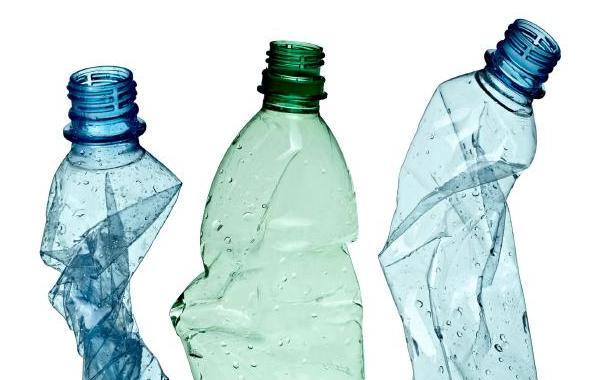 Ihoptryckta plastflaskor.