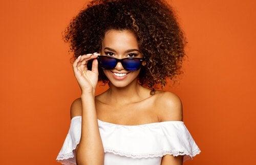 Kvinna med solglasögon.