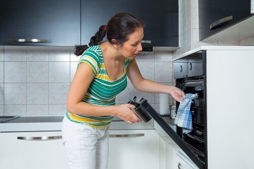 Kvinna som lagar mat med spenat och ost.