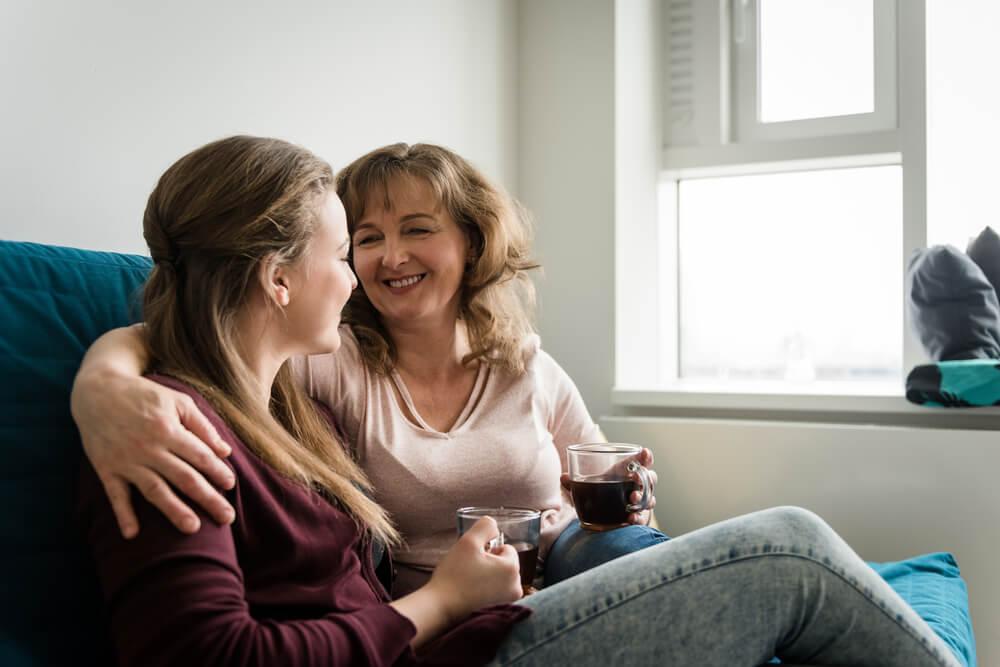 Mamma och dotter i soffan.