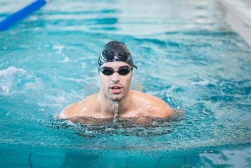 Lär dig tekniker för att simma i en pool