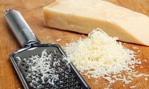 Riven ost på skärbräda.