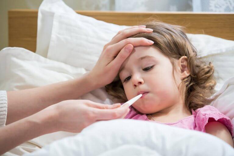 Barn med feber och torrhosta