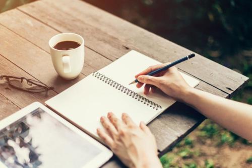 Skriv en känslomässig dagbok för att lyfta ditt humör