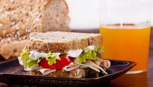Fibrer och protein är bra att äta till frukost