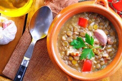 Soppa med linser och spenat.