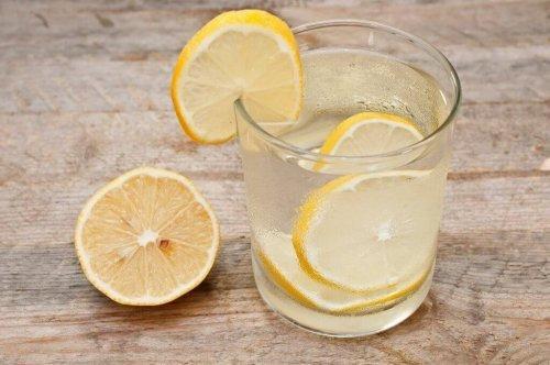 Drick vatten med citron på fastande mage