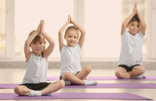 Barn som utför yoga.