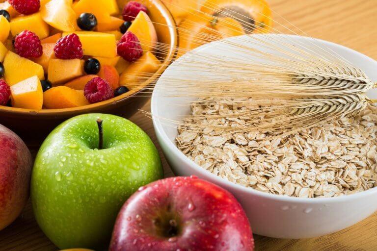 Frukter och havregryn till frukost.