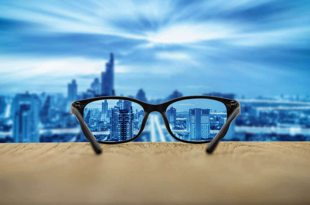 Glasögon och blå himmel.