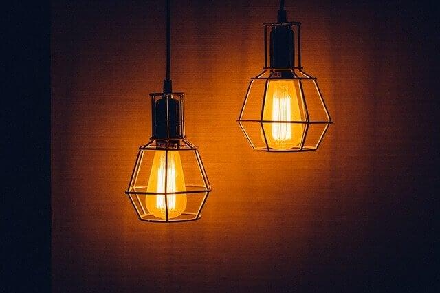Hängande glödlampor med galler.