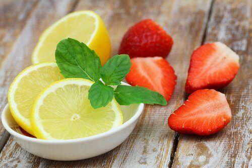 Citron och jordgubbar innehåller många näringsämnen