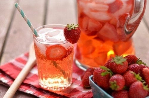 Jordgubbs- och citronvatten