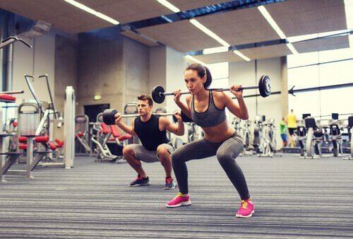 Knäböj på gym.