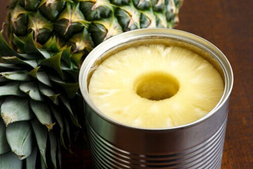 Konserverad frukt ananas.