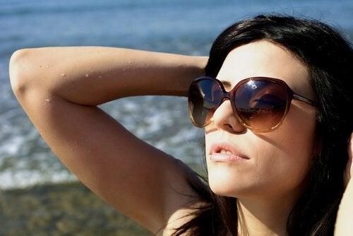 Man bör bära solglasögon även på vintern