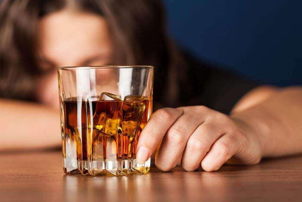 Kvinna som dricker alkohol.
