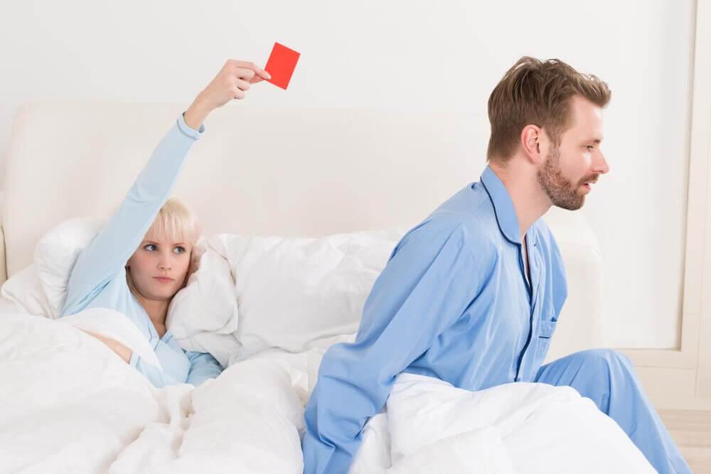 Kvinna som ger rött kort för erektil dysfunktion