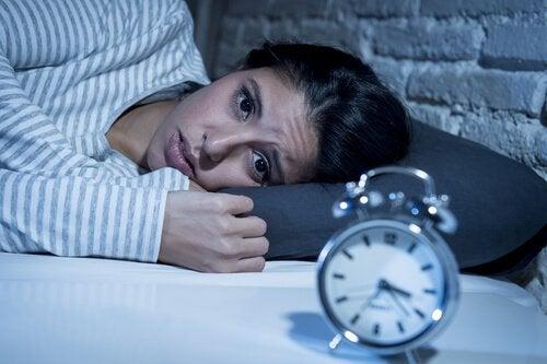 Kvinna som har svårt att sova.
