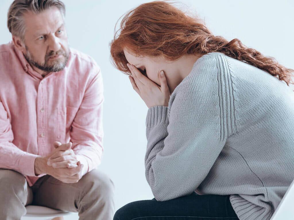Kvinna som pratar med psykolog.