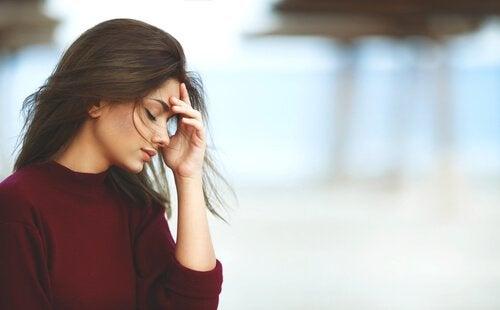Kvinna som ser stressad ut.