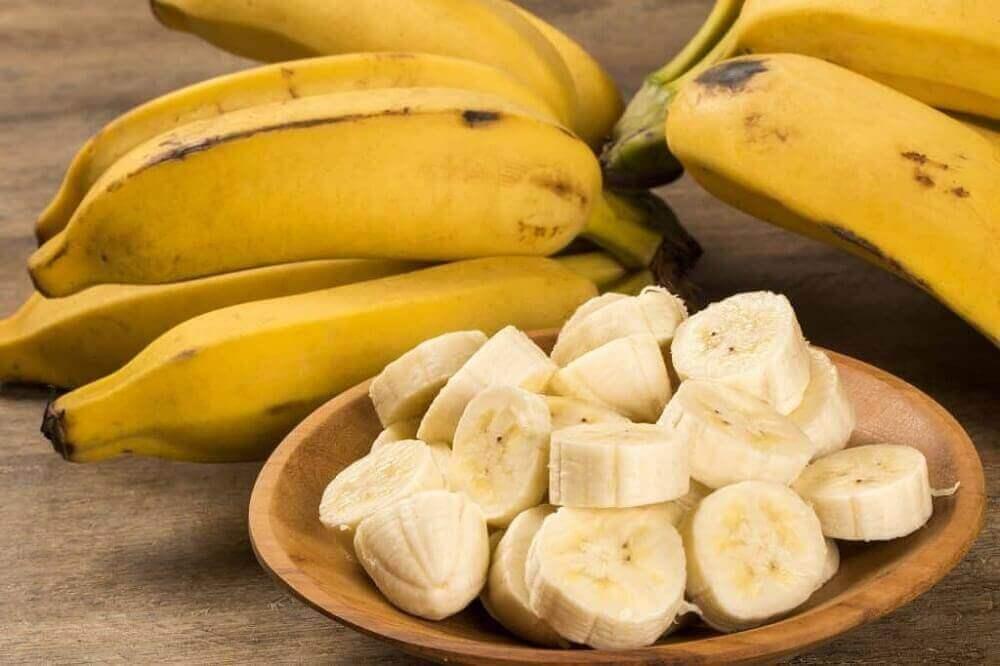 Skivad banan på träfat.