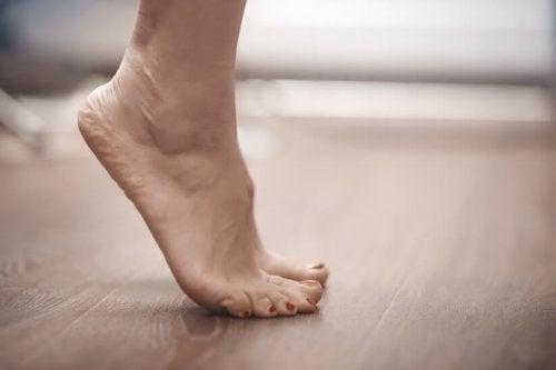 Träna fötterna för att bli av med snedställd stortå