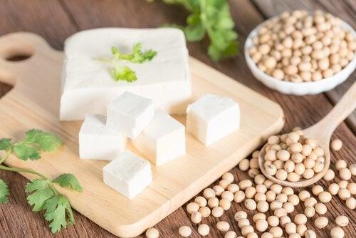 Tärnad tofu på skärbräda.