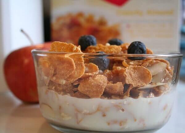 Yoghurt med flingor till frukost.
