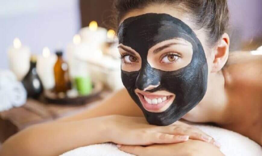 Bli av med finnar med en svart ansiktsmask