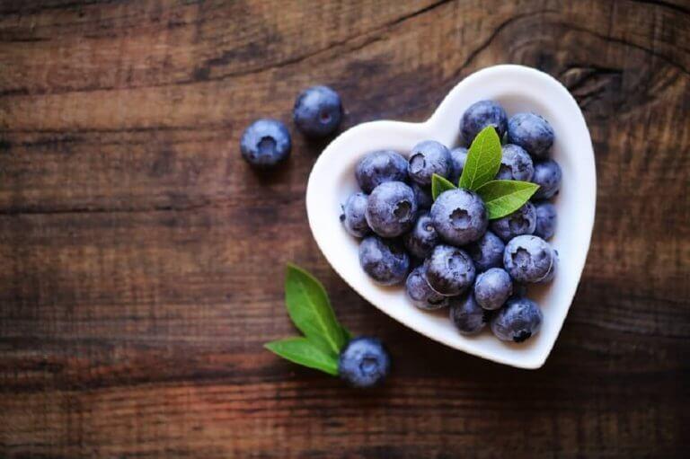 Blåbär i hjärtformad skål.