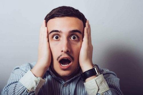 Individen lider vanligtvis av en förändring i intensiteten i sina känslor.