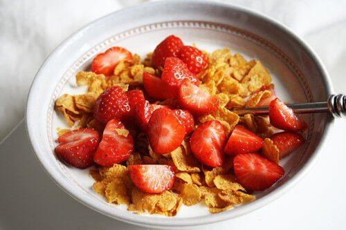 hälsosamma frukostar med flingor för barn