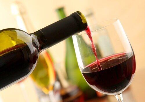 Häller upp vin.