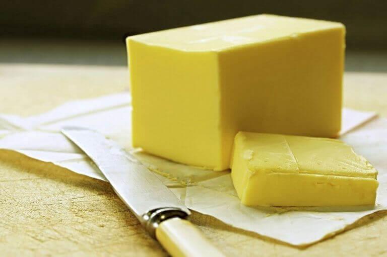 Kniv och skivad margarin.