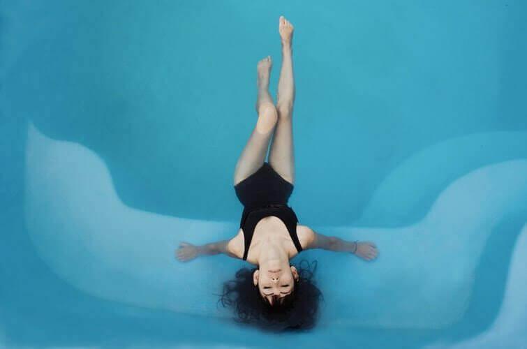 Kvinna i bassängen.