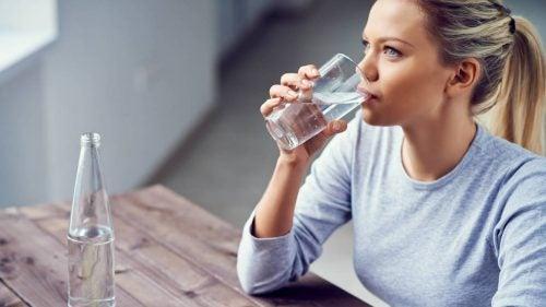 Kvinna som dricker vatten.