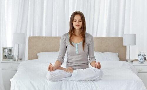 Meditera för att tömma sinnet och sova bättre