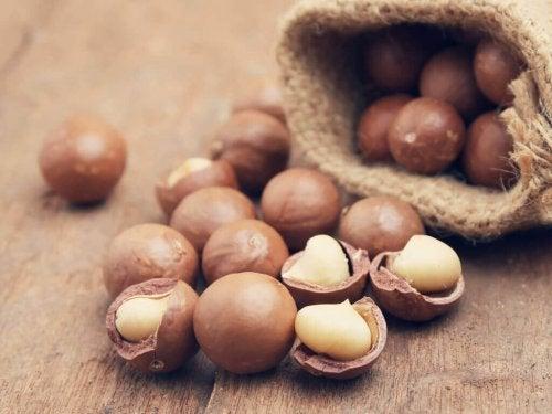 Macadamianötter innehåller mycket nyttigt fett