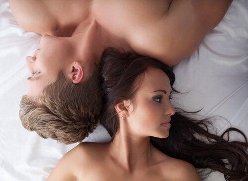Man och kvinna i sängen.