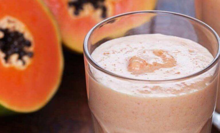 Förbättra matsmältningen med papaya och mandelmjölk. Tillred en god smoothie med detta recept.