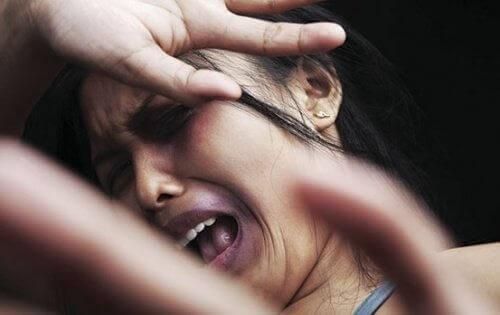 Kvinna utsätts för slag