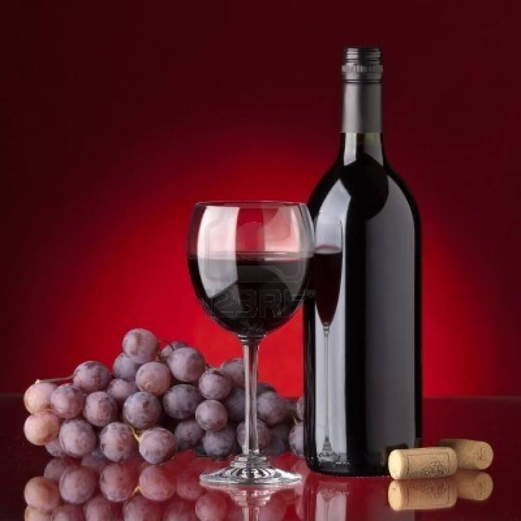 Vinflaska och druvor.